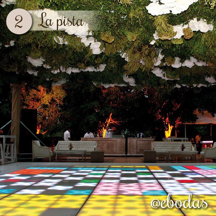 La iluminación de la pista agrego un toque de color a la boda de Antonio y María.