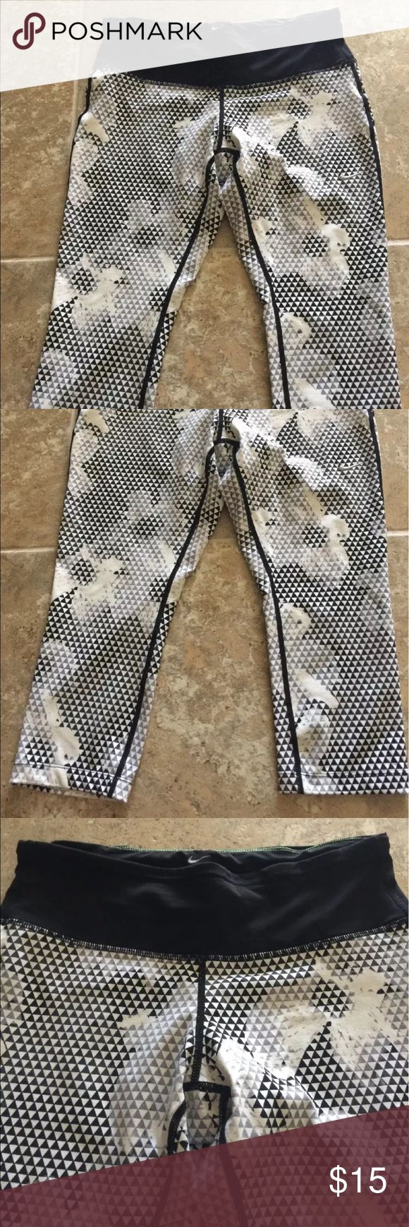 Ladies Nike Capri Legging Floral Black/white Sz M Gently used like new color black and white Nike capri. Cute floral print with zipper pocket on the back. Nike Pants Capris