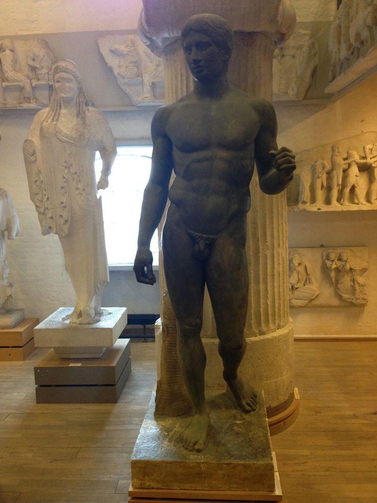 """Polyklet: Spydbæreren.  Bronzepatineret gipskopi fra 1896 efter romersk kopi i Napoli, Italien, efter tabt græsk original af Polyklet, skaberen af den såkaldte """"klassiske stil"""" i græsk kunst, fra ca. 450 fvt."""