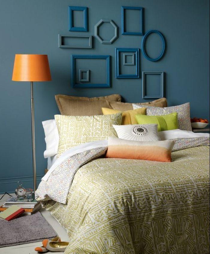 Deco Chambre A Coucher Murs Couleurs Bleu Canard, Couvertures De Lit Et  Coussins En Blanc