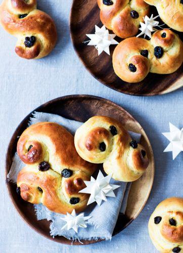 """""""Hvert år i december bager jeg luciaboller, også kaldt lussekatte. Traditionen med at bage de søde safrankrydrede luciaboller stammer oprindeligt fra Sverige, hvor de spises luciadag d. 13 december...[læs mere]"""""""