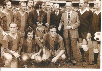 Serrat amb els veterans del Barça en un partit benefic.