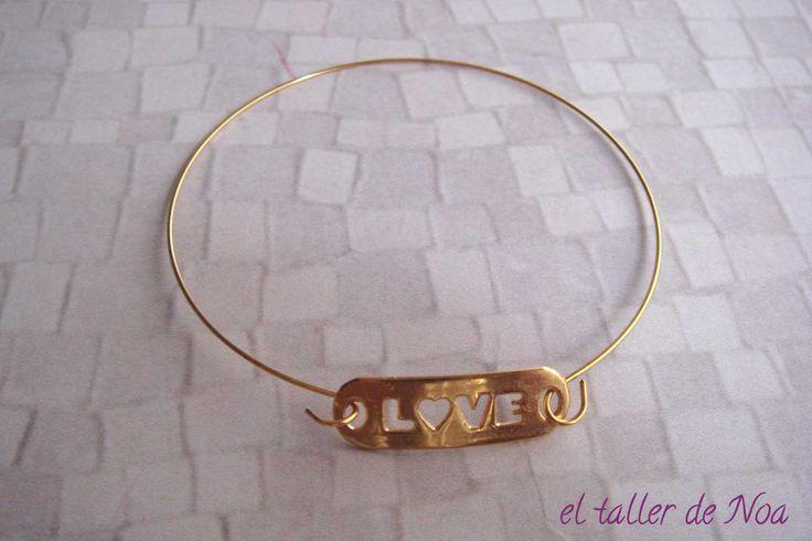 #Pulsera mbp16001 de la col. Minimal Bracelet. Una colección de pulseras rígidas donde la importancia reside en la pieza central... unas veces con mensaje, otras con símbolo, otras con un toque de brillo. Tuya en www.eltallerdenoa.com #bisutería #bijuteria #jewelry #polsera #bracelet #gold #daurat #dorado #novatemporada #nuevatemporada #newseason #amor #love #fetama #hechoamano #handmade #joyería