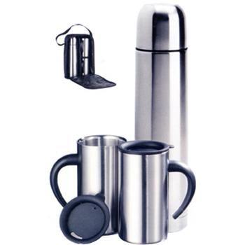 Set da viaggio mod. P 433.301, composto da unatermos da 0,5 litri e due tazze da caffè in acciaio inossidabile da 0,3 litri. Il tutto inserito in comoda custodia con manico. Dimensioni 27 x 8,5 x 15,8 cm More: http://www.sadesign.it/it/gadget/p433-301_8350_idp/