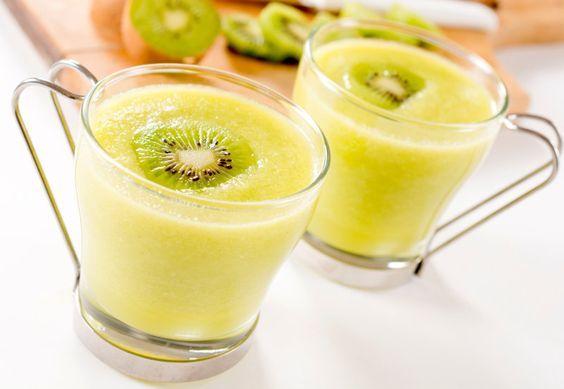 Ein simpler Frucht-Smoothie, der Abwechslung auf dem Gaumen verspricht. Er schmeckt besonders leicht und versprüht eine angenehme Süße, ohne dabei zu säuerlich aufzutreten. Ideal für heiße Sommertage, an denen eine schmackhafte Erfrischung benötigt wird. Kiwi-Melone Smoothie - Zutaten Für zwei Portionen 1 Apfel 1 Kiwi halbe Honigmelone ggf. ein wenig Wasser zum Verdünnen Zubereitung Die Apfel abwaschen und die Kiwi sowie das