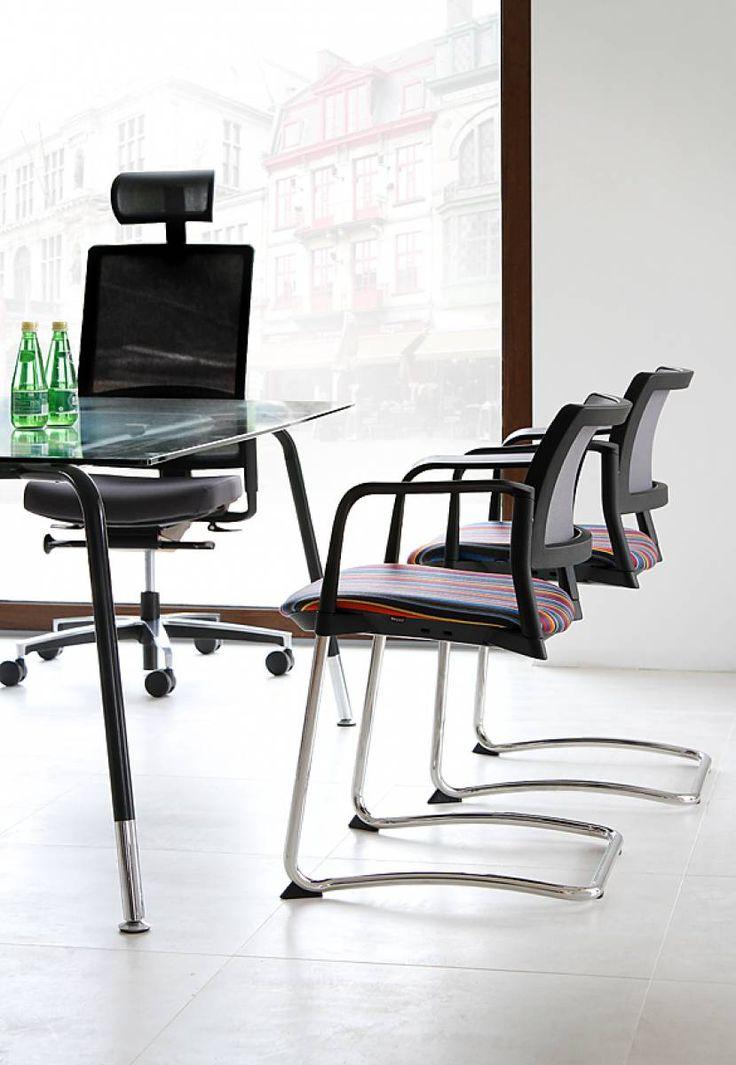 Krzesła konferencyjne Kyos doskonale sprawdzą się w zarówno w nowoczesnych salach konferencyjnych i szkoleniowych, jak i małych biurach i recepcjach.  #elzap #biuro #konferencja #recepcja #krzesło #meblebiurowe #meble