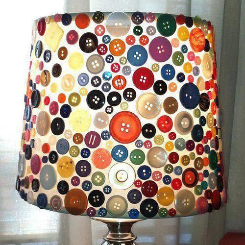 Lámpara decorada con botones de diversos tamaños y colores.