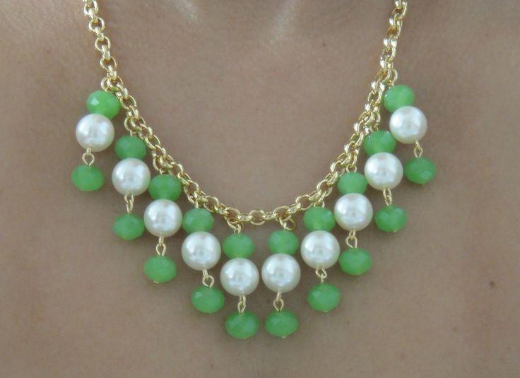 As pérolas continuam em alta nesse verão 2013.    Esse colar com pérolas e cristais pode compor tanto um visual despojado, como também um look mais sofisticado.