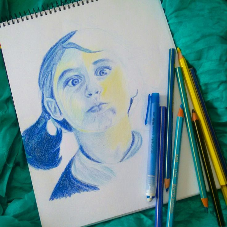 Niña lápices de colores