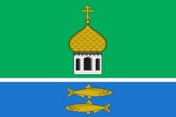 На флаге Переславского муниципального района жёлтый цвет (золото) символизирует колосья хлеба, плодородие земли, солнечный свет. Золото— символ прочности, величия, богатства, интеллекта, великодушия.  Церковная глава символизирует православные традиции населения и многочисленные возрождающиеся храмы на территории района.  Зелёный цвет - просторы и лесные массивы национального парка Залесского края. Зелёный цвет— символ весны, надежды, жизни и здоровья.  Две рыбы— исторический символ Пер