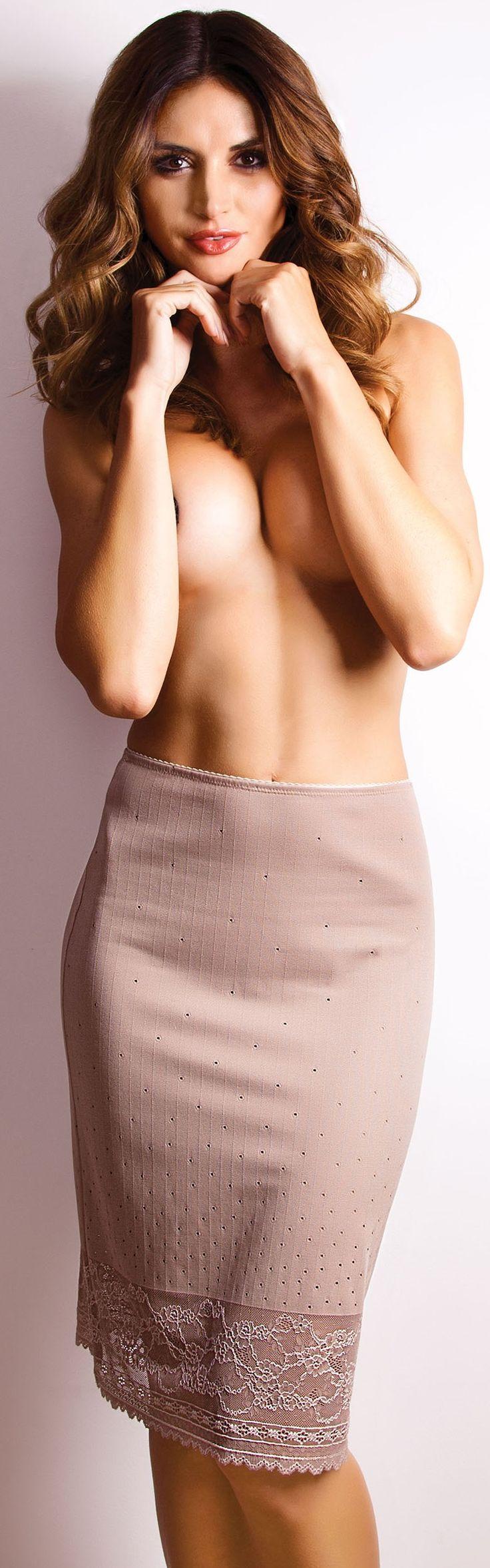Seksowna półhalka uszyta z najwyższej jakości materiału w połączeniu z koronką, która sprawi, że każda kobieta będzie w niej wyglądać uwodzicielsko. Materiał z którego jest wykonana idealnie układa się na ciele podkreślając uda i pośladki. Dolna część halki została wykończona seksownym pasem koronki, dodającym całości wyjątkowego uroku. Model dostępny w dwóch klasycznych wersjach kolorystycznych.Skład surowcowy: 70% poliester, 25% poliamid, 5% elastan.Rozmiary odpowiadają:S - talia 64cm…