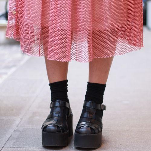 Tendenze moda: gonna e sneakers Ogni stagione ha le sue tendenze e questa è sicuramente una di quelle che renderà felici le ragazze sportive e quelle sempre di corsa, quelle che amano indossare abiti comodi, ma senza rinunciare allo stile e alla femminilità.