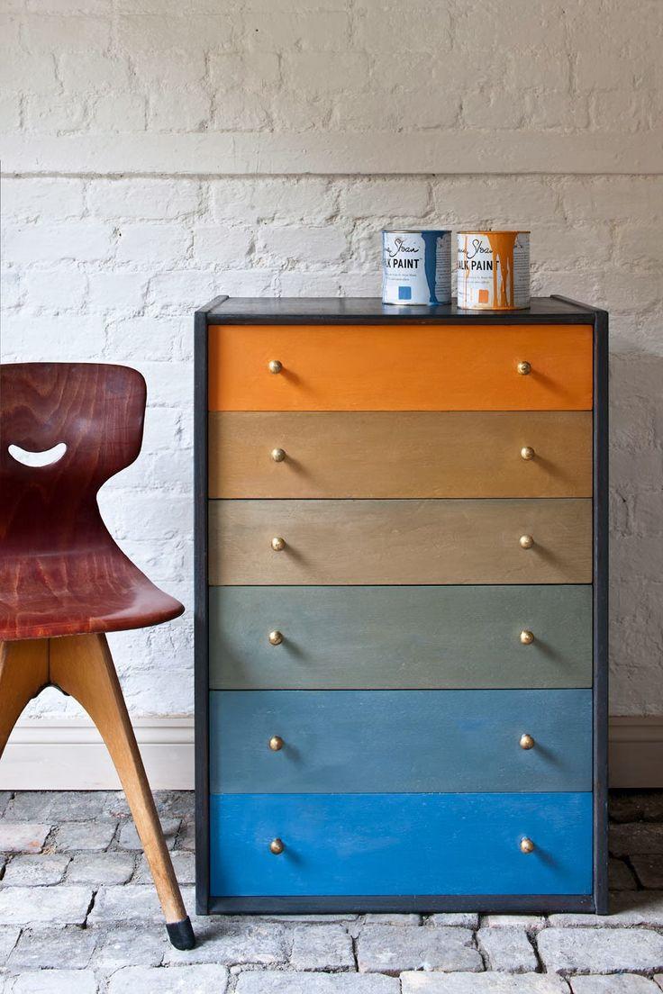 Inspirée par Paul Klee, avec seulement deux couleurs - Greek Blue et Barcelona Orange (les couleurs complimentaires) de sa gamme de Chalk Paint™, Annie Sloan a fait cette jolie commode.  Essayez les mélanges de deux couleurs complimentaires aussi...
