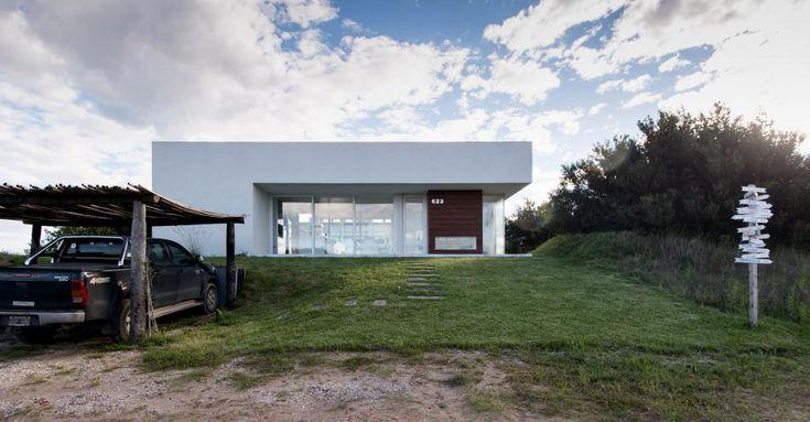 Costa Esmeralda. La vivienda de veraneo ideada por los arquitectos Julio Cuello y Alejandra Selva combina el estilo de la casa de playa con la filosofía de la estética contemporánea y  una vinculación al entorno que ennoblece la obra.