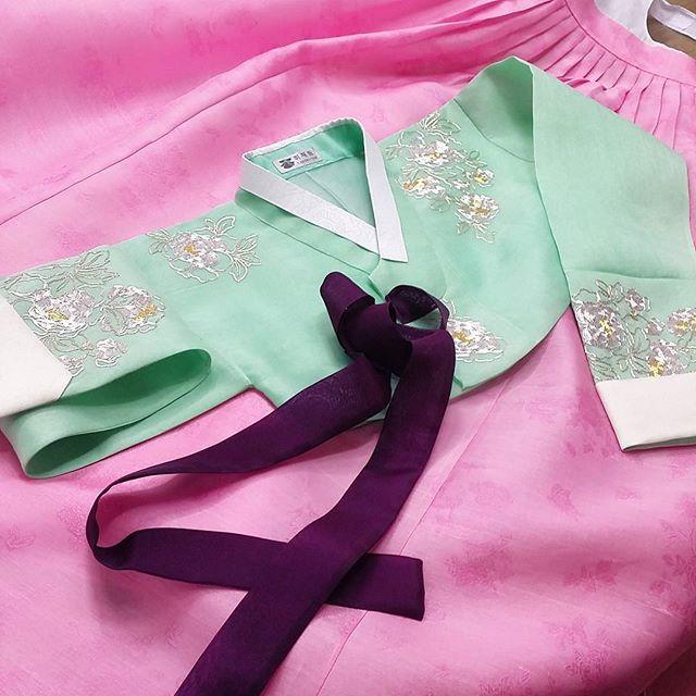 봄날 혼례를 앞둔  예쁜 신부한복^^  #신부한복#전통자수#휘재원한복#청담동자수공방#청담동한복#한복#koreatraditionaldress#hanbok #명절옷#한정혜디자인