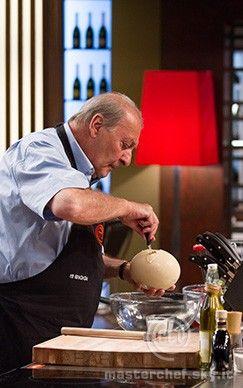 Alberto taglia l'uovo di struzzo