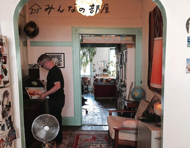 地図を部屋の仕切りにNYのアートシーンを見守る国際結婚カップルNYウィリアムズバーグみんなの部屋