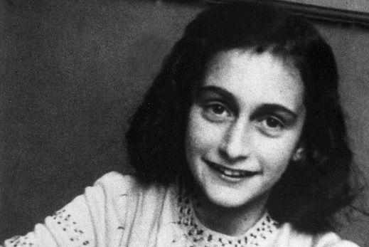 """Kent iemand het onbekende meisje op deze foto? Vast niet!  Oliedomme feministen vragen zich af: """"Hoe kan het dat er jarenlang geen aandacht was voor vrouwen in de holocaust?!"""""""