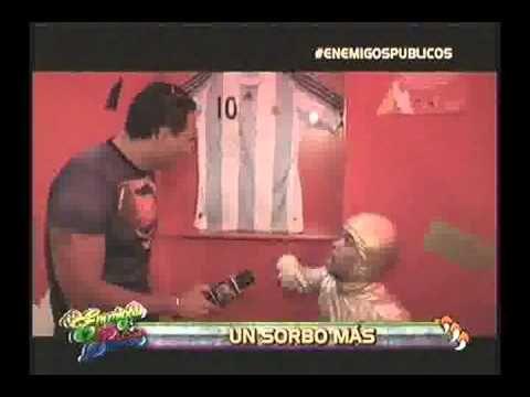 El programa de TV, Enemigos Públicos hizo una divertida nota sobre la llegada de la Copa del Mundo, allí, también pasaron por el Museo Histórico y vieron nuestra colección. Destaca en el reportaje los álbumes de mundiales y camiseta de Maradona. ¡Éxito!