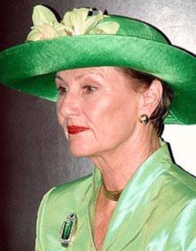 Turmalinene i Sonjas smykker kommer fra Brasil – og hun bar derfor midtstykket med turmalin som brosje under et statsbesøk i landet. Men smykket har ingen nål og måtte derfor sys fast på dronningens limegrønne drakt. (ntb)