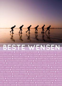 Hollandse kerstkaart met foto van schaatsers met paarse gloed bij zonsondergang. Eronder zelf kleurbaar vlak en Gelukkig Nieuwjaar in diverse talen.