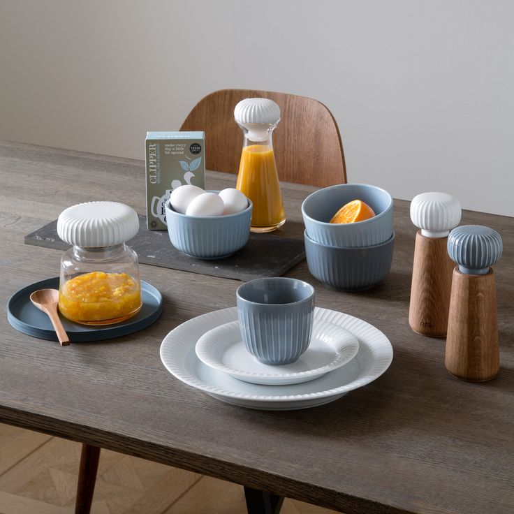 Kähler Desingin Hammershøi-sarja yhdistelee lasia, keramiikkaa sekä tammea kauniissa ja eleganteissa tuotteissaan. Materiaalien elegantti harmonia tekee kattauksesta klassisen kauniin jokaisena vuodenaikana. Voit tuoda variaatiota kattaukseen yhdistelemällä sajan erivärisiä tuotteita keskenään. Saatavilla viisi eri väriä: Antrasiitinharmaa, koralli, marmori, taivaansininen sekä valkoinen.