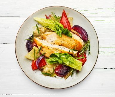 Citron, rosmarin och rostade grönsaker ger denna kycklingrätt en doft av Medelhavets kök. Med vitlöksmixade bönor får måltiden en extra dimension, men även extra protein.
