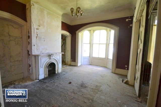"People are ""Dying"" To Get Their Hands on This Crumbling Old Mansion for Sale"