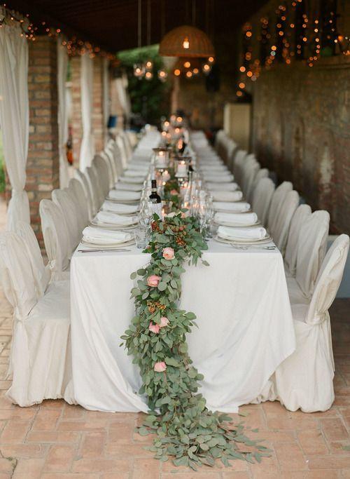 Dukningen är något av det viktigaste på bröllopet för många. Ett vackert  sätt att dekorera borden påär att lägga ut långa blomstergirlanger, gärna  så långa att de sträcker sig ner på golvet på sidorna av borden. I  girlangerna på bilderna nedan har man använt mestadels gröna blad och  stuckit in små grupper av blommor. Det ger ett väldigt maffigt och tjusigt  intryck tycker vi och mer dekorationer än så här behövs egentligen inte.  Enkelt och elegant!  Blomstergirlanger går absolut att…