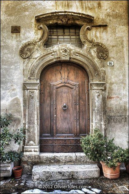 Robusta porta de madeira encontrada em Scanno, na província de Áquila, região de Abruzo, Itália.  Fotografia: Olivier Jules.