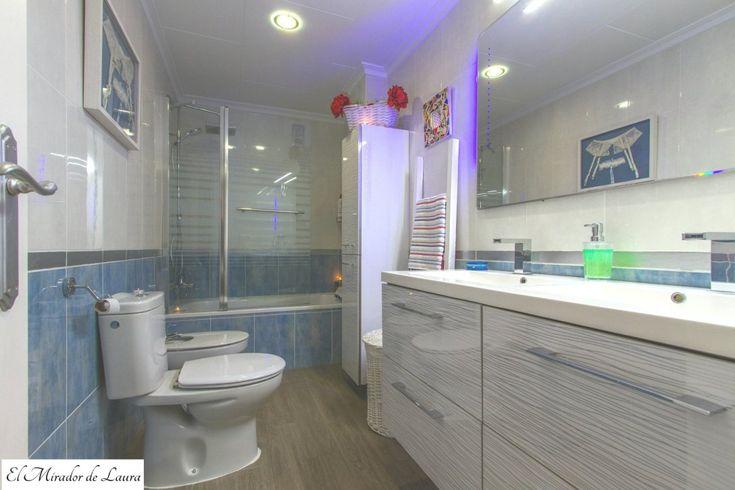 Baño principal azul y blanco