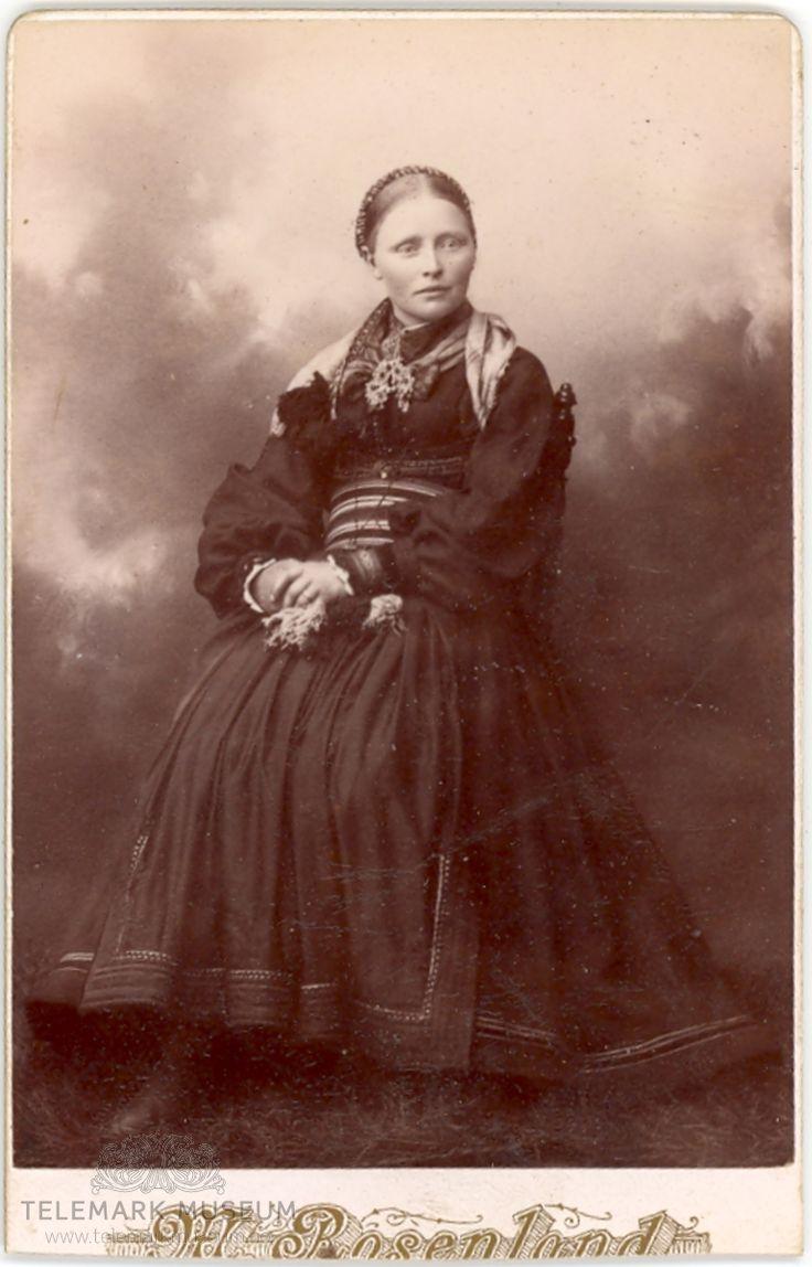 Svanaug Halvorsdtr. Vestgarden frå Nesherad sitjande i atelier i beltestakk. 1890 @ DigitaltMuseum.no