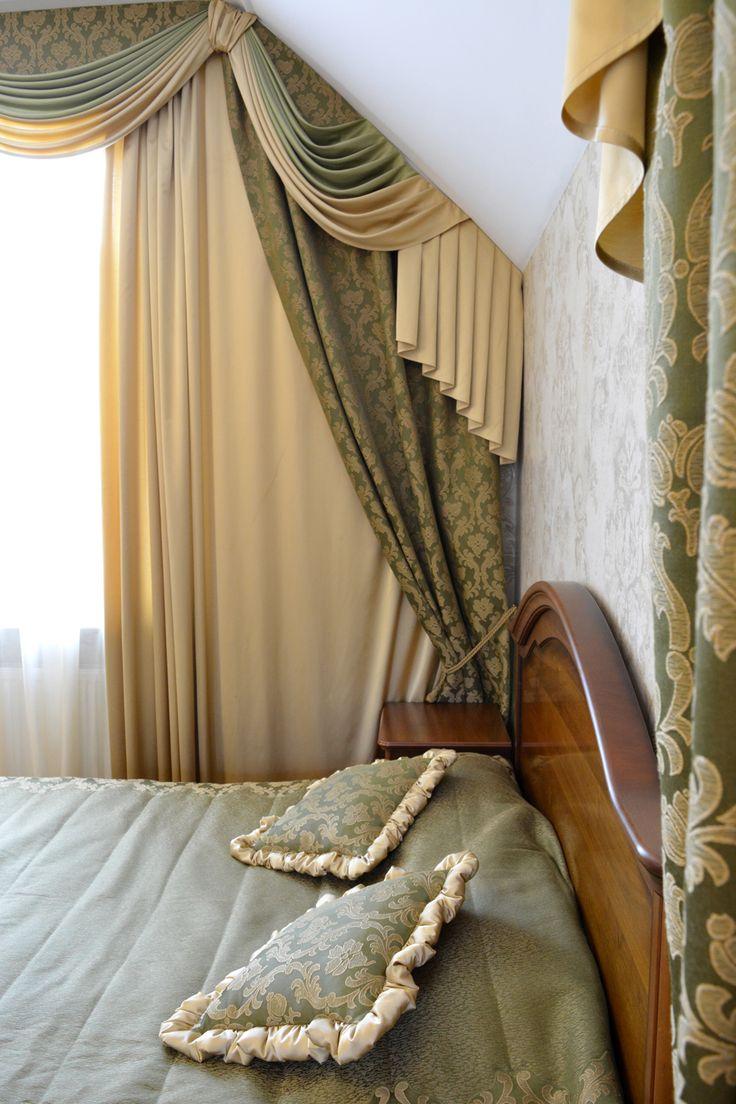 Спальня в английском стиле. Классические шторы с ламбрикенами придают интерьеру аристократизм английского стиля, а светлые оттенки ткани делают интерьер легким и светлым.