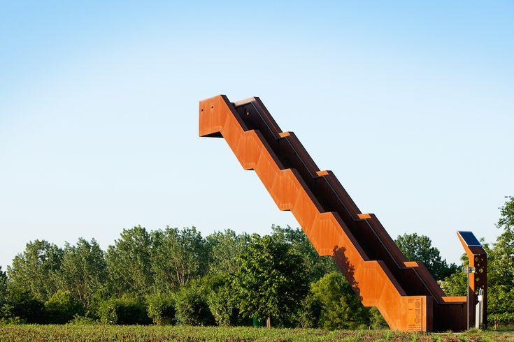 Cet escalier en métal qui tient sans support a été conçu par Close to bone pour…