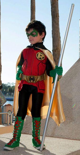 Damian Wayne Robin cosplay. AHHHH IT'S SO CUTE!!!!!!!!!!