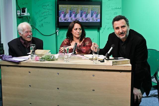 Η Τέσυ Μπάιλα στο New Europe Studios στις Βρυξέλλες παρουσιάζει το βιβλίο της ΤΟ ΜΥΣΤΙΚΟ ΗΤΑΝ Η ΖΑΧΑΡΗ. Στα αριστερά της ο Γιώργος Ανδρονίδης, ηθοποιός από το Ελληνικό Θέατρο Βελγίου και στα δεξιά της ο Μανώλης Αλεξακης, συντονιστής εκπαίδευσης στο Βέλγιο και συγγραφέας.