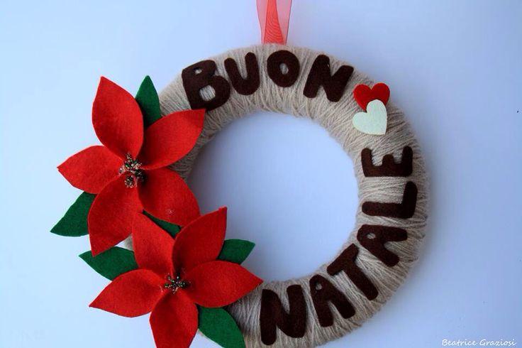 Ghirlanda natalizia decorata con feltro e lana
