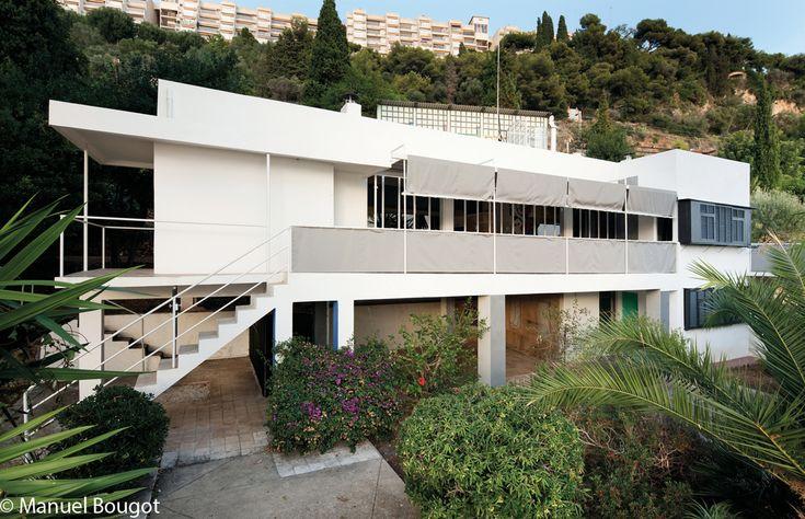 Villa E 1027 -  Roquebrune-Cap-Martin, sur la Côte d'Azur face à Monaco que l'Irlandaise Eileen Gray débute la construction d'une villa en 1926, destinée à son compagnon l'architecte et critique d'art Jean Badovici. « E pour Eileen, 10 du J de Jean, 2 du B de Badovici, 7 du G de Gray », le nom de la villa imbrique leurs initiales. Pourtant, les amants n'y vécurent pas longtemps ensemble, se séparant en 1932. Jean Badovici restera propriétaire de la Villa jusqu'à sa mort en 1956.