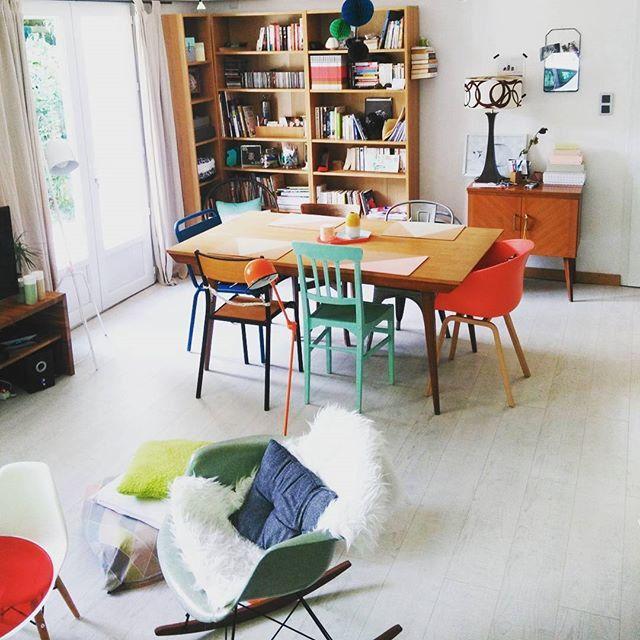Salon aux chaises dépareillées / Dining room with different chairs