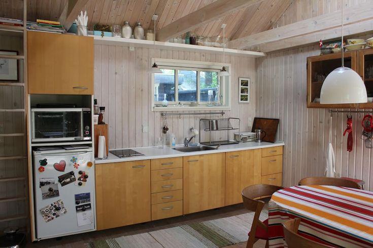 Helt hjem/lejlighed in Ega, DK. Idyllisk sommerhus beliggende på vandsiden ved Skæring Strand. Huset er på 27 m2 med ét åbent rum samt et anneks på 12 m2 med badeværelse og soveværelse. Ideelt til den romantiske ferie eller den lille familie.