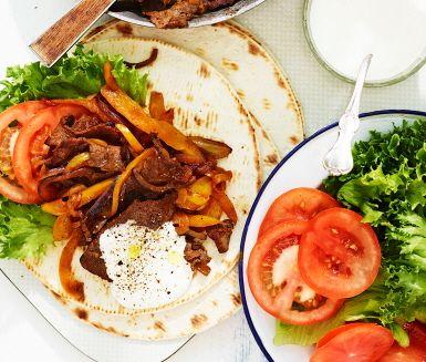 Ett roligt sätt att servera viltskaven på – i en tunnbrödsrulle! Fräs viltskav, lök och paprika i lite olja tills det har fått fin färg. Lägg krispsallad, tomatskivor och viltskavsfräs på tunnbröden. Ringla över gräddfil blandad med pepparrot, rulla ihop till täta rullar och servera. En otroligt god och snabblagad måltid!