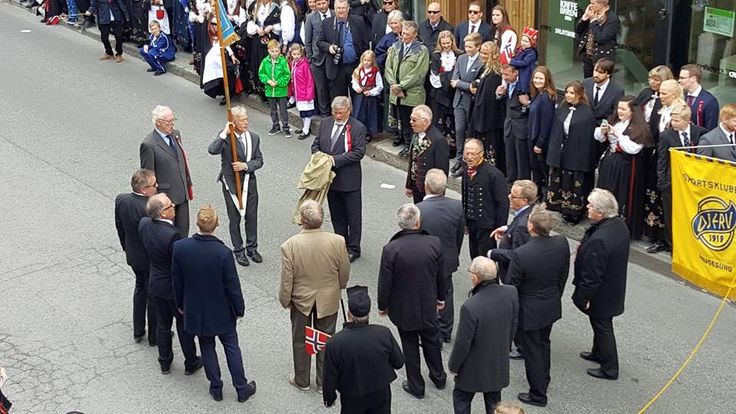 Mandskoret med korsang i folketoget.  17. Mai komiteen i Haugesund hadde egen avstemning på komiteens FB side. Her kunne man stemme frem folketogets beste innslag. Mandskoret gikk av med seieren med over 40% av stemmene. Mandskorets formann Steinar Lohne mottok premien på vegne av Mandskoret.