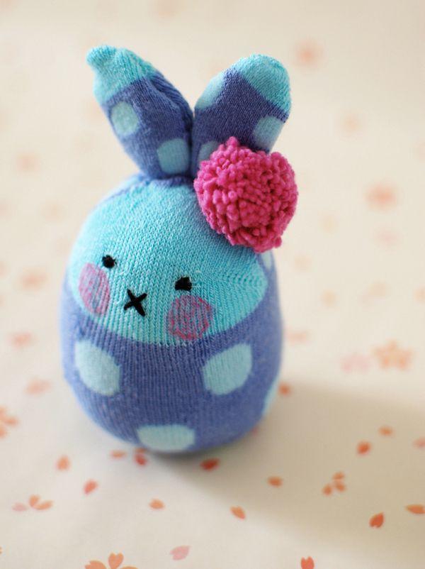 Vous avez des chaussettes orphelines ? Ne le jetez pas ! Avec un peu de coton et un feutre, réalisez cet adorable lapin-chaussette. Tout doux et tout mignon pour les enfants !