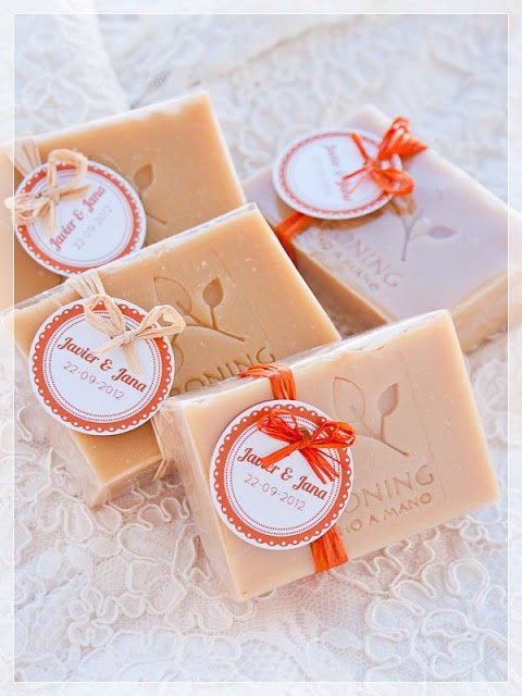 Jaboning, jabones artesanales. - Love the simple tags on this soap which makes it look very very elegant.