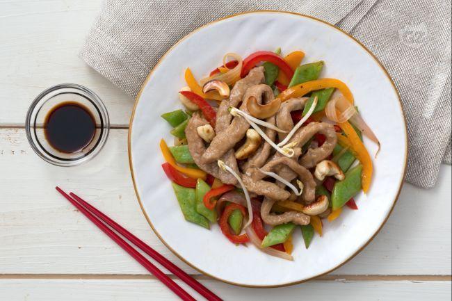 Gli straccetti di vitello con verdure croccanti sono facili e veloci da preparare, un colorato piatto unico dal sapore orientale per cene last-minute!