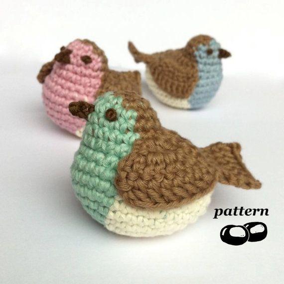 Gehaakt patroon voor een volledig schattig tubby robin die u maken kunt, als een ornament opknoping of om op een oppervlak te staan.  Deze maken een grote gift voor een natuurliefhebber of zou perfect zijn als een kerstboom decoratie, takje boom ornament of voor het decoreren van uw tabel. Gebruik verschillende kleuren voor Pasen ornamenten, een zoete babys mobiele, zak charme of zelfs een originele speelgoed voor uw kat!  Zoals aanbevolen op Attic24 de Winter krans!  Voor een ongeveer 8cm…