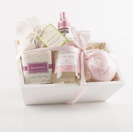 $11490 Pack Caja Diseño - Jabón de aceite de oliva, Aceite de baño, Agua de rosas y Exfoliante