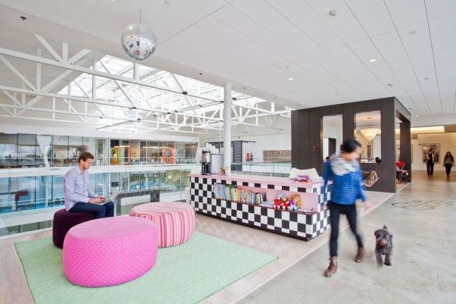 Przestrzenie biurowe wydzielone za pomocą designu i lekkich przegród, dzielących wnętrze według potrzeb. Dzięki zastosowaniu lekkiej aranżacji całość jawi się jako otwarta przestrzeń, która jest jednocześnie elastyczna w aranżacji i mobilna - zainspiruj się nowoczesnym projektowaniem!