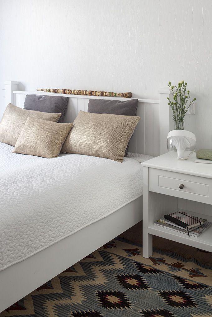 """Biała sypialnia. #Apartament #Zakopane Projekt: http://tryc.pl/ Foto:Marcin Czechowicz Stylizacja: Marynia Moś Publikacja: """"M jak mieszkanie""""  """"bedroom #white #sypialnia #biała #stolik #nocny"""