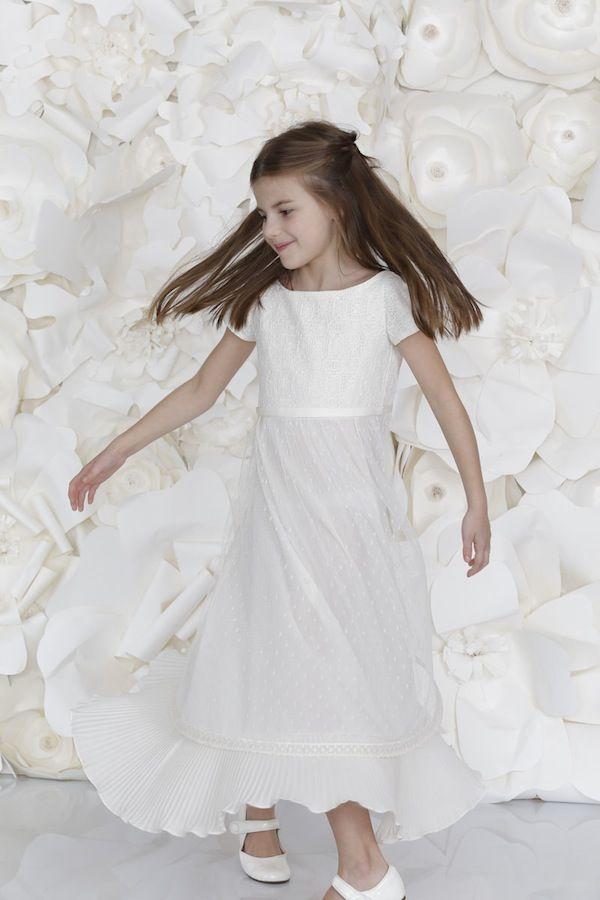 Vestido de daminha Off White, com manguinhas, plissado na saia.    Daminhas de Casamento | La Geovanna by Emannuelle Junqueira | Vestida de Noiva | Blog de Casamento por Fernanda Floret